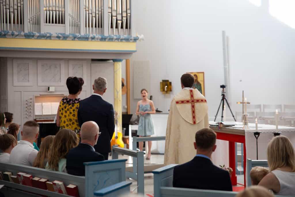 Petra Valman är här bokad till en vigsel och sjunger för ett brudpar och deras gäster.