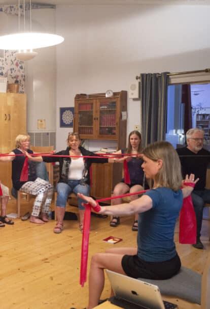 Petra Valman visar andningsövning för körsångare i grundkursen i Anti-Aging för rösten