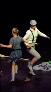 Hans (Emelie Bjurviken Lundh) och Greta (Petra Valman) dansar tillsammans