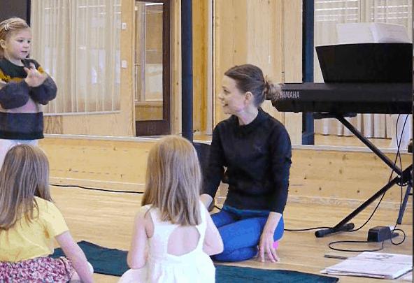 Petra Valman pratar med några av barnen på Sångis